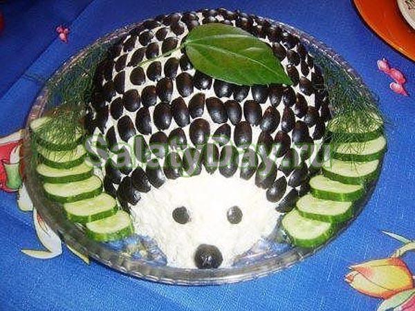 Салат «Ежик» с маслинами и ананасами