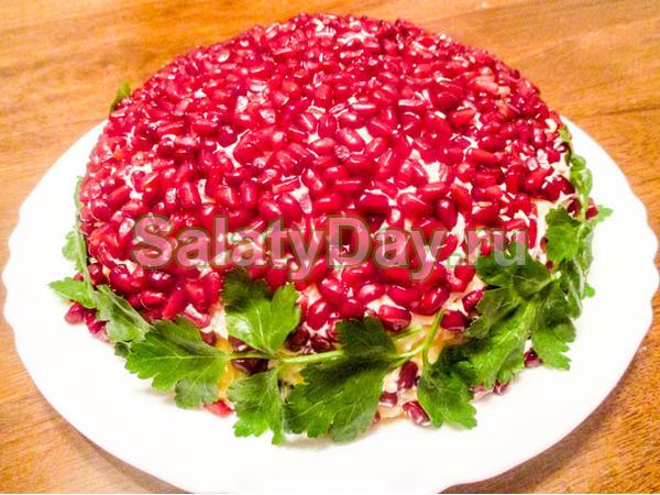 Нарядный салат «Красная шапочка» с гранатом и грецкими орехами