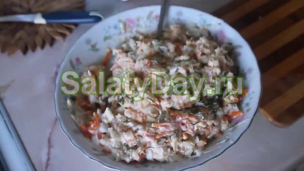Салат с печенью трески с добавлением соленого огурца