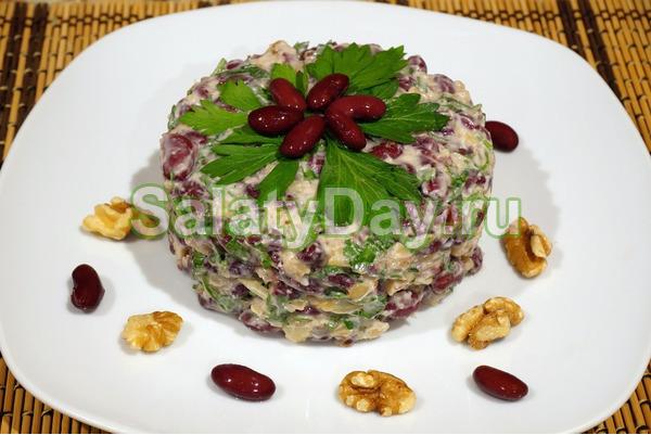 Фасолевый салат с курицей и солеными огурчиками