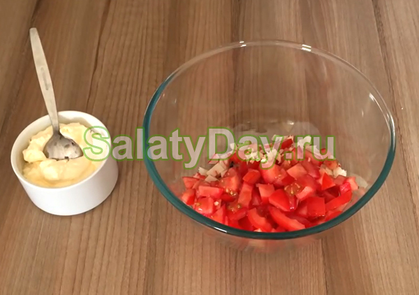 Салат из крабов и помидоров