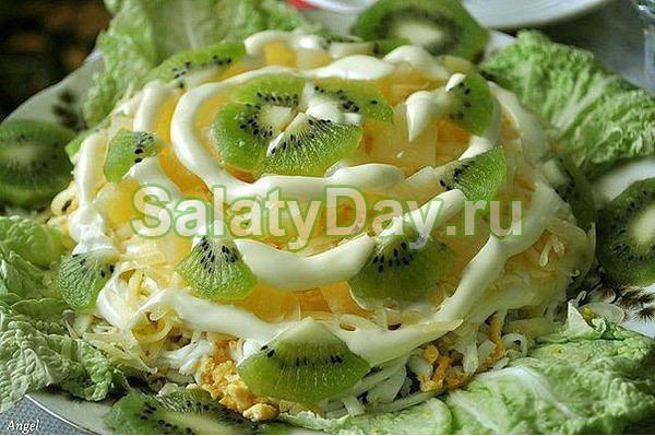 Салат с курицей, бананом и киви