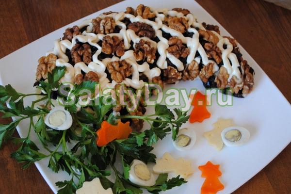 Салат с бананом, мясом и черносливом