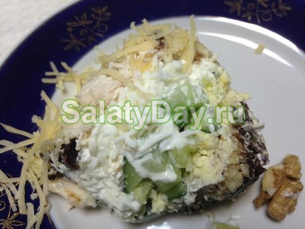 Вкусный салат из куриной грудки и чернослива