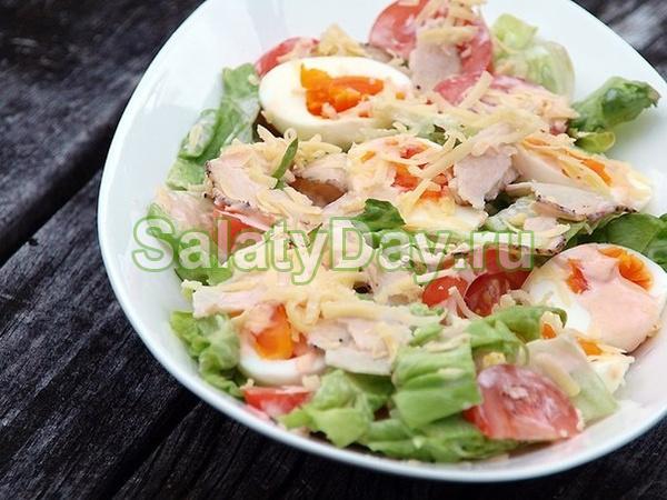 Салат с яйцами, курицей и салатом айсбергом