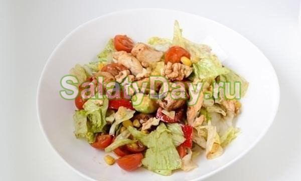 Салат с лимонной курицей и авокадо