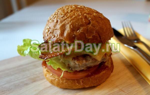 Домашний бургер с мясной котлетой и беконом