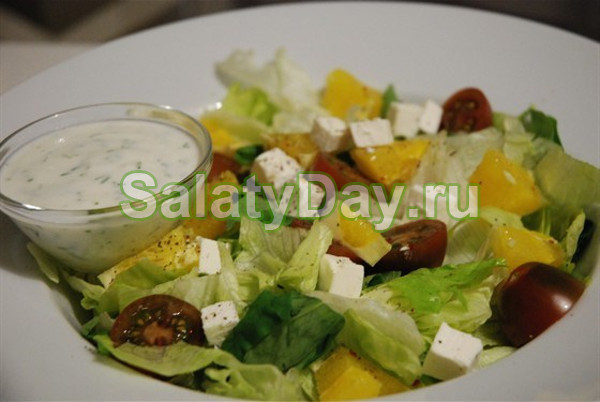 Свежий салат с апельсинами, черри и фетой