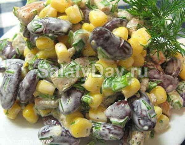 Салат с консервированной фасолью, колбасой и сухариками