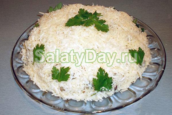 Салат из корейской морковки, курицы, грибов и сыра