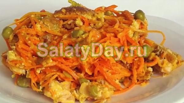 Салат с копченой курицей, японским омлетом и корейской морковью