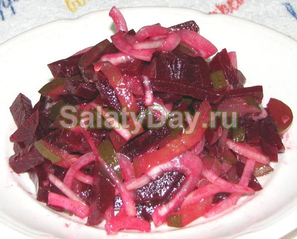Салат со свеклы и соленых огурцов