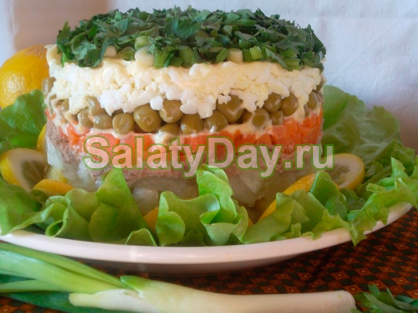Салат из свиной печени с зеленым горошком и солеными огурчиками