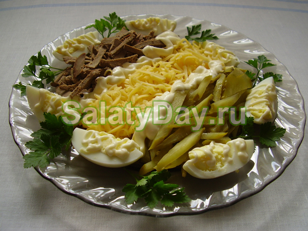 Порционный салат из печени и сыра