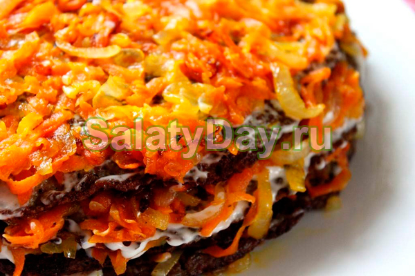 Слоеный печеночный салат с морковью и чесноком