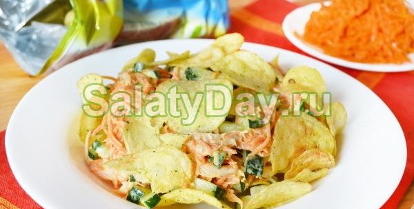 Салат с куриной бастурмой, корейской морковью и чипсами