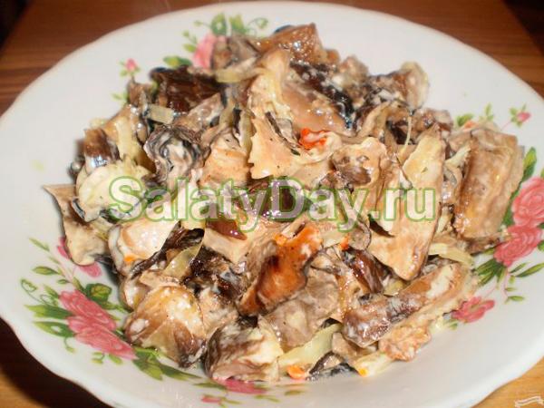 Салат обычный с жареными грибами