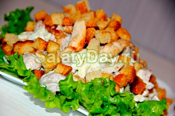 Салат с сухариками и жареными грибами