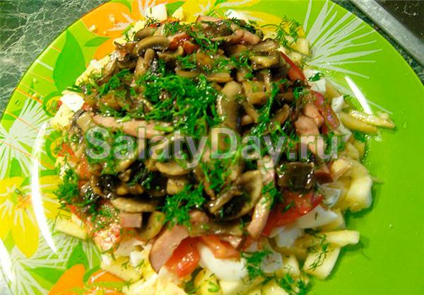 Салат легкий с жареными грибами и зеленью