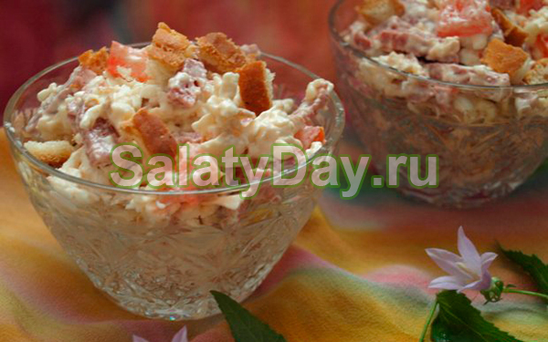 Салат с копченой колбасой и жареными грибами