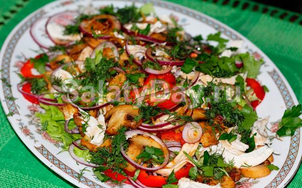 Салат овощной с курочкой и жареными шампиньонами