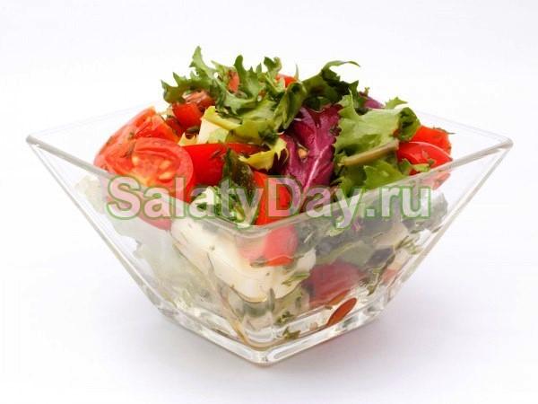 Зеленый салат с помидорами и моцареллой