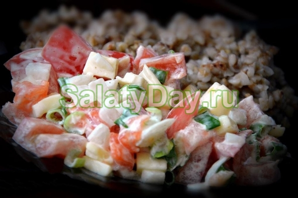 Салат с семгой, помидором, сыром и зеленью