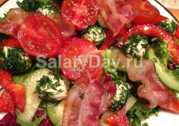 Овощной салат с моцареллой и беконом