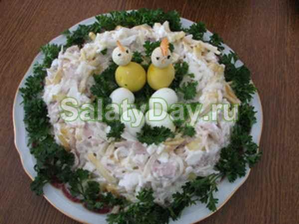 Салат «Гнездо глухаря» с чипсами