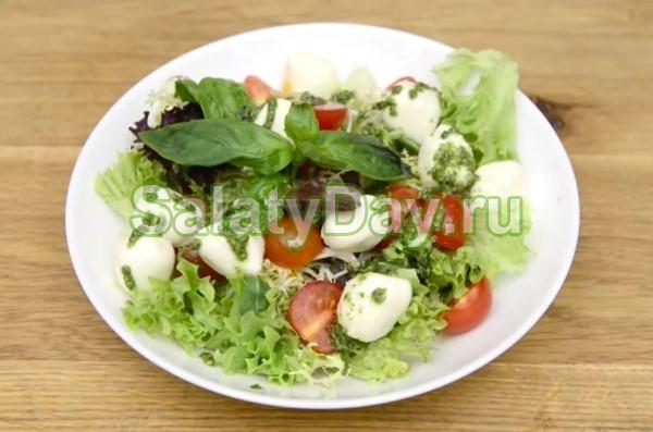Салат с бейби моцареллой и соусом Песто