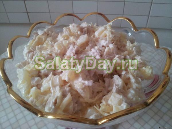 Салат «Дамский каприз» с курицей и ананасом
