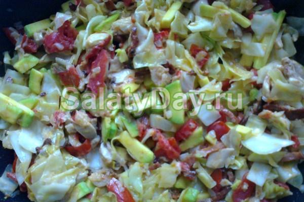 Теплый салат с моцареллой и с куриной грудкой