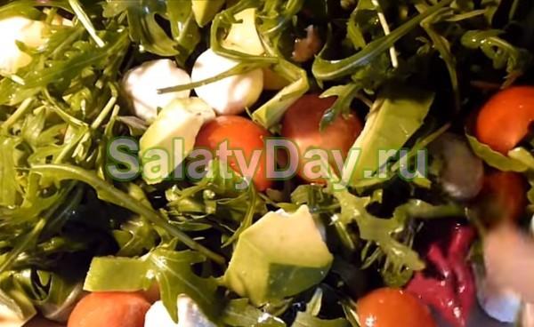 Быстрый салат с авокадо и моцареллой