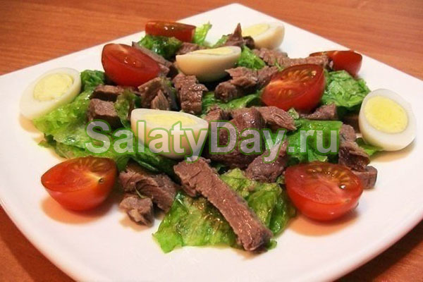 Салат с перепелиными яйцами, говядиной и помидорами