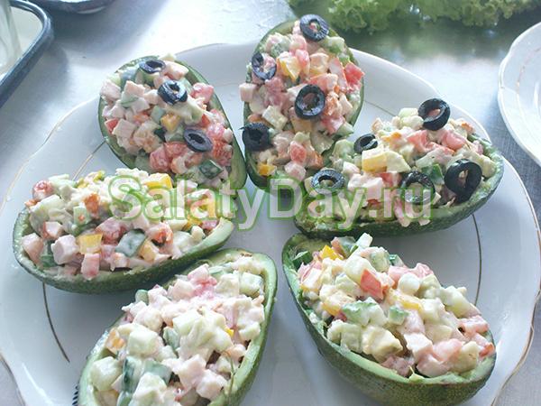 Салат из перепелиных яиц с авокадо и креветками