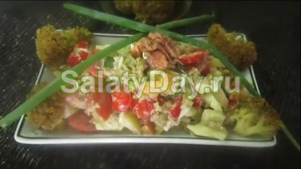 Сметанный салат с перепелиными яйцами, брокколи и болгарским перцем