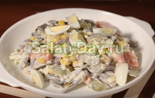 Салат с сердцем, кукурузой и перепелиными яйцами