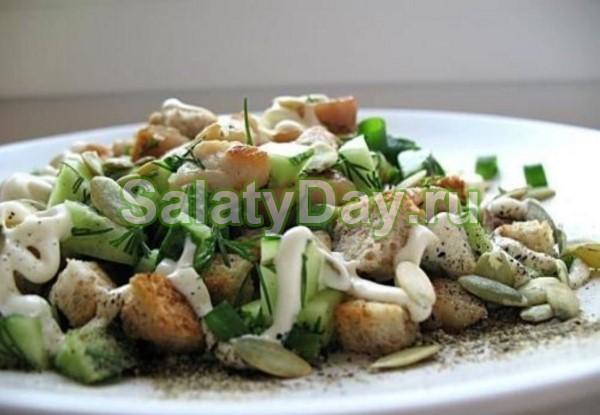 Салат с кириешками и копченой курицей