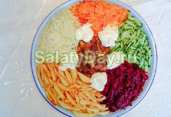Салат «Цветик семицветик» со свеклой и картошкой фри