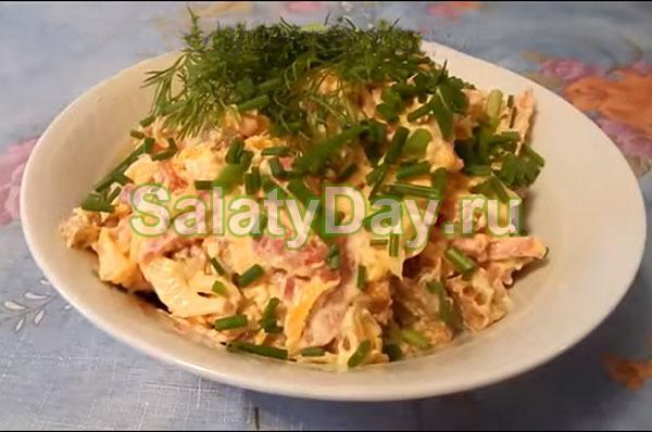 Салат из кириешек с копченой колбасой