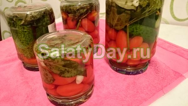 Салат из маринованных черри и огурцов