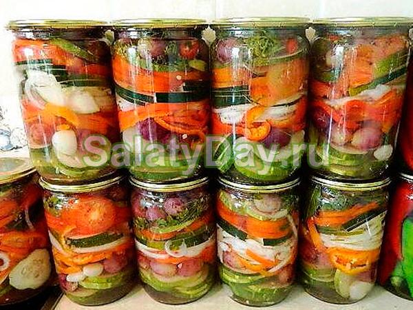 Салат с помидорами, огурцами и болгарским перце