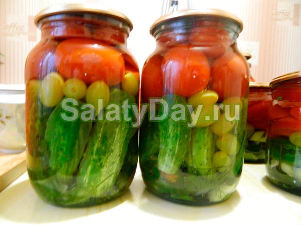 Салат с огурцами, помидорами и виноградом