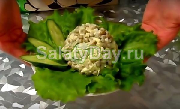 Салат с кальмарами; салат с кальмарами, свежим огурцом, горошком и яйцами