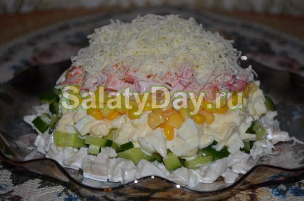 Салат из кальмаров, огурцов, яиц , сыра и креветок