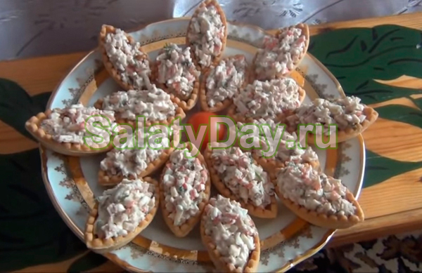 Салат в тарталетках с печенью трески
