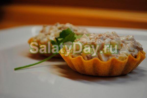 Салат с мясом криля в тарталетках