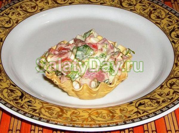 Салат в тарталетках с грибами и ветчиной