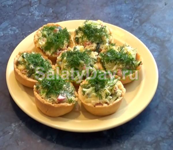 Салат в тарталетках с колбасой и свежим огурцом