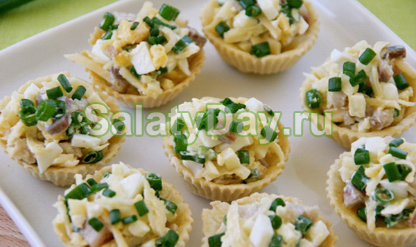 Салат в тарталетках с сельдью и зеленым луком
